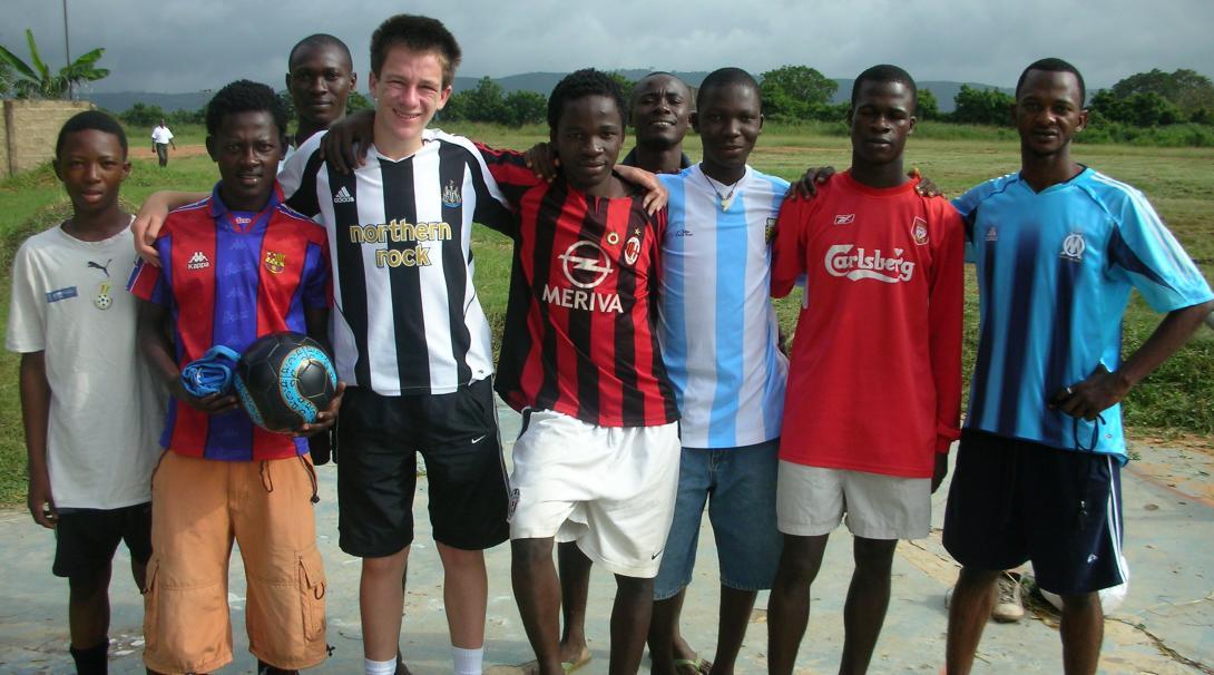 Voluntarios preparando sesiones de entrenamiento de fútbol en Ghana